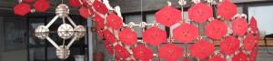 משושים אדומים מסודרים בתליה