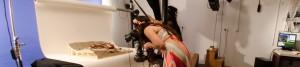 בחורה מתכופפת בשביל לצלם מודל