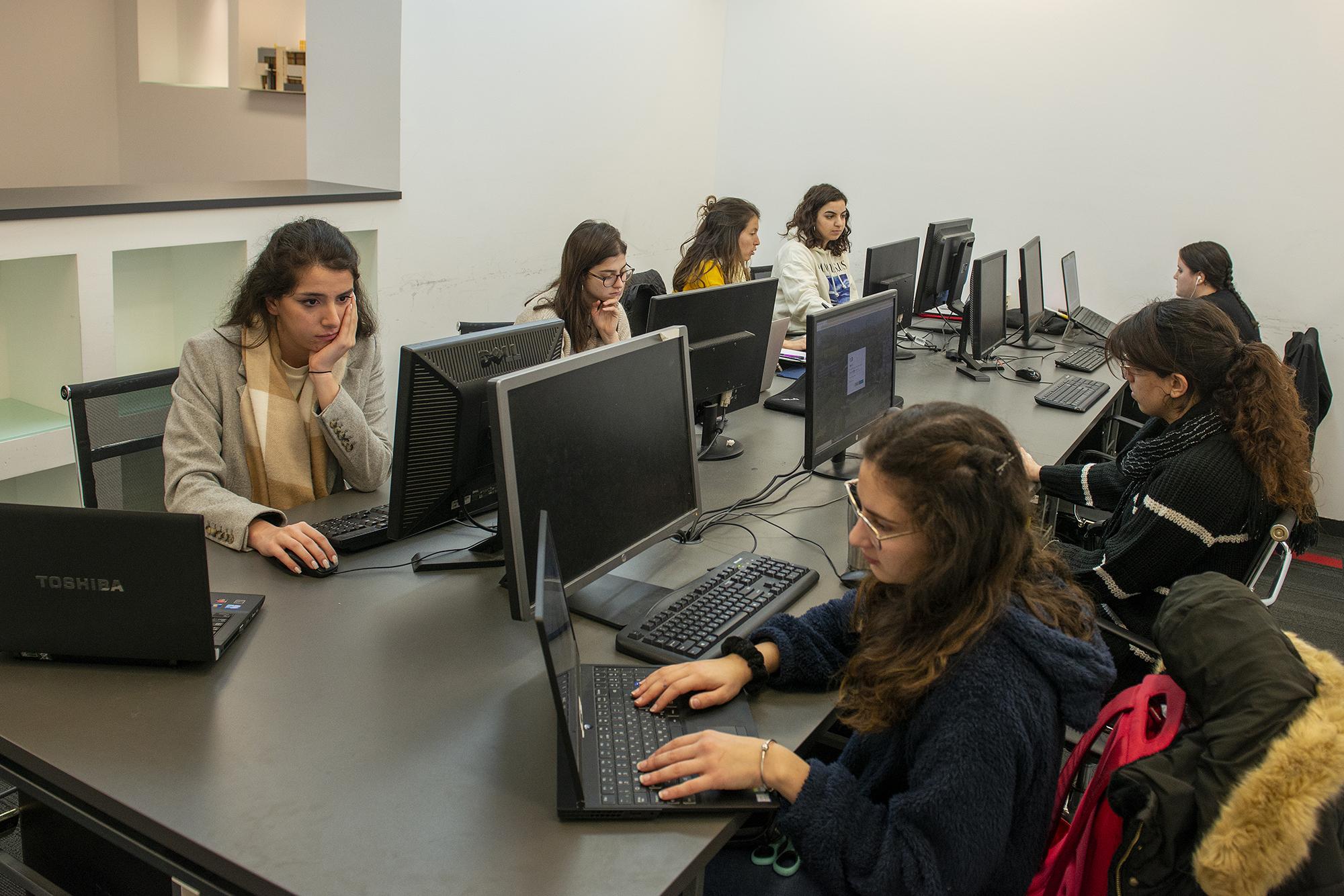 צילום של סטודנטים במעבדת המחשבים